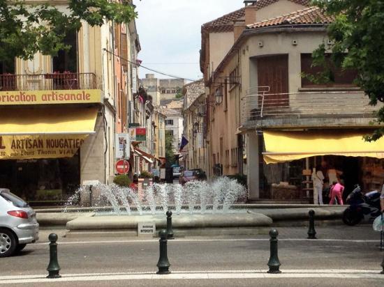 Fontaine et chateau des adhemars rue quatre alliances mon